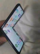 疑似三星翻盖折叠屏手机真机曝光