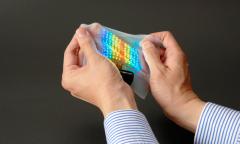 日本开发出可贴在皮肤上使用的彩色显示可伸缩