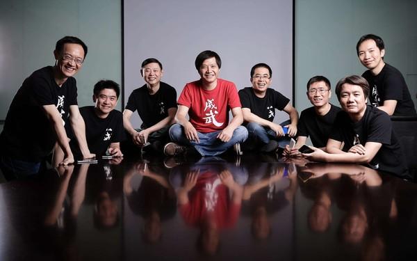 林斌(左一)